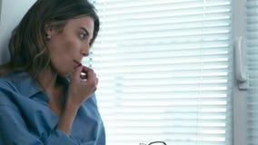Den härliga unga kvinnan äter druvan stock video