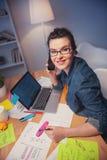 Den härliga unga kvinnan använder modern teknologi arkivbild