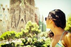 Den härliga unga kvinnan besöker Barcelona Arkivfoto