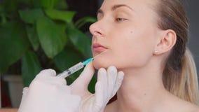 Den härliga unga kvinnan får botoxinjektionen lager videofilmer
