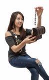 Den härliga unga kvinnan får ut ur casketgarneringen Arkivfoton