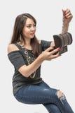 Den härliga unga kvinnan får ut ur casketgarneringen Royaltyfri Bild