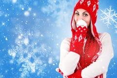 Den härliga unga kvinnan i en härlig stucken hatt, tumvante och halsduk går i den forestFashionable stack kläderna för vintern royaltyfri bild