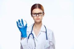 Den härliga unga kvinnan i medicinsk kappa och bärande exponeringsglas rymmer prov, medicin, doktor Royaltyfri Fotografi