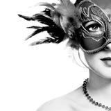Den härliga unga kvinnan i mystisk venetian maskering Royaltyfri Fotografi