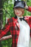 Den härliga unga kvinnan i skicklig ryttarinnadräkt går i skog Royaltyfri Foto