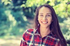 Den härliga unga kvinnan i sommarhösten parkerar royaltyfria foton