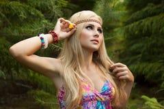 Den härliga unga kvinnan i trä dekorerar hår Royaltyfri Foto