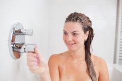 Den härliga unga kvinnan i varmt bad badar Royaltyfri Bild