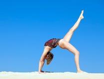 Den härliga unga kvinnan i yoga poserar Arkivbilder