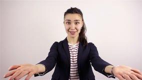Den härliga unga kvinnan inviterar för att sammanfoga projektet lager videofilmer