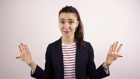 Den härliga unga kvinnan inviterar för att sammanfoga projektet arkivfilmer