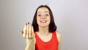 Den härliga unga kvinnan inviterar för att sammanfoga projektet stock video