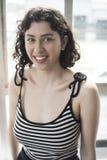 Den härliga unga kvinnan med brunt hår och synar Arkivfoto