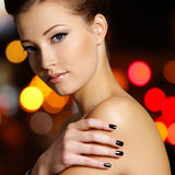 Den härliga unga kvinnan med svart spikar Royaltyfri Bild