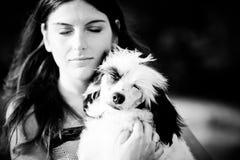 Den härliga unga kvinnan och hennes kines krönade hunden utomhus royaltyfri bild