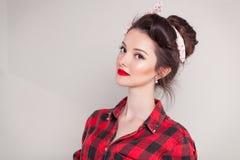 Den härliga unga kvinnan på vit bakgrund i gammalt mode beklär att föreställa utvikningsbrud och retro stil Arkivfoton