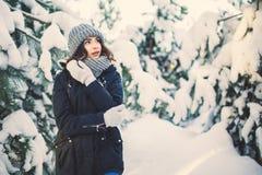 Den härliga unga kvinnan parkerar in på att snöa vinterdag Royaltyfri Foto