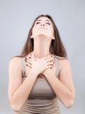 Den härliga unga kvinnan som gör framsidayoga, poserar fotografering för bildbyråer