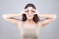 Den härliga unga kvinnan som gör framsidayoga, poserar royaltyfri foto
