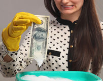 Den härliga unga kvinnan tvättar skuggiga pengar (olaglig kassa, dollar royaltyfria foton