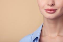 Den härliga unga kvinnan visar hennes perfekta hud Arkivbild