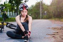 Den härliga unga kvinnliga kvinnan smärtar sårad olycka Royaltyfria Bilder