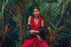 Den härliga unga trendiga kvinnan med utgör och den stilfulla bohoen royaltyfri bild