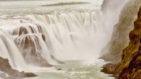 Den härliga väldiga vattenfallet och vaggar iceland arkivbilder