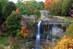 Den härliga vattenfallet i höst färgar Arkivfoto