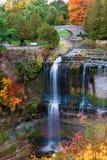 Den härliga vattenfallet i höst färgar Arkivfoton