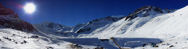 Den härliga vintern beskådar av bergen Royaltyfri Bild