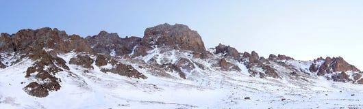 Den härliga vintern beskådar av bergen Royaltyfri Fotografi