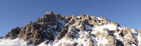 Den härliga vintern beskådar av bergen Royaltyfria Bilder