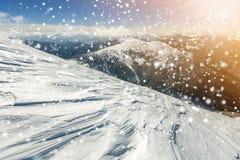 Den härliga vintern landscape Brant bergkullelutning med vit royaltyfri foto