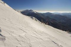Den härliga vintern landscape Brant bergkullelutning med vit arkivbilder