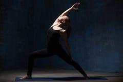 Den härliga yogakvinnan som gör den fridsamma krigaren, poserar Royaltyfri Fotografi