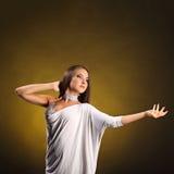 Den härliga yrkesmässiga dansaren utför latinodans Passion och uttryck Royaltyfria Bilder