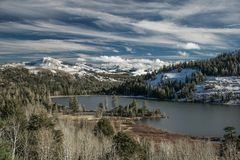 Den hållande ögonen på röda sjön fryser långsamt över nära Kirkwood Ski Resort arkivbilder