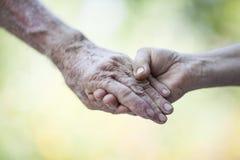 Den hållande pensionären räcker royaltyfri foto