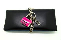 Den hållna plånboken låser med nyckel- kedjar Arkivfoton