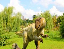Den håriga dinosaurien i dinosaurie parkerar arkivbild