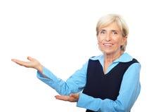 Den höga affärskvinnan gör presentation Arkivbilder