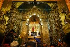 Den höga bilden för munkwashMahamuni Buddha i ritualen av Buddhabildframsidan Royaltyfri Bild