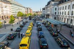 Den höga breda vinkelstadssikten av många guling och svart åker taxi i linje Royaltyfria Bilder