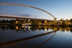 Den höga bron av Maastricht reflekterade i Meuset River Arkivfoton