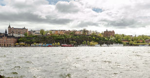 Den höga delen av den södra delen av Stockholm namngav der för Sï ¿ ½ som sågs från ön Riddarholmen (riddareön) Royaltyfria Foton