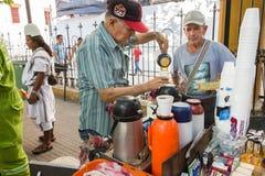 Den höga gatuförsäljaren som säljer kaffe, kallade Tinto i Plaza De Bol arkivfoton