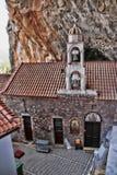 Den höga härliga kloster vaggar på, Grekland Royaltyfria Bilder