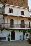 Den höga härliga kloster vaggar på, Grekland Fotografering för Bildbyråer